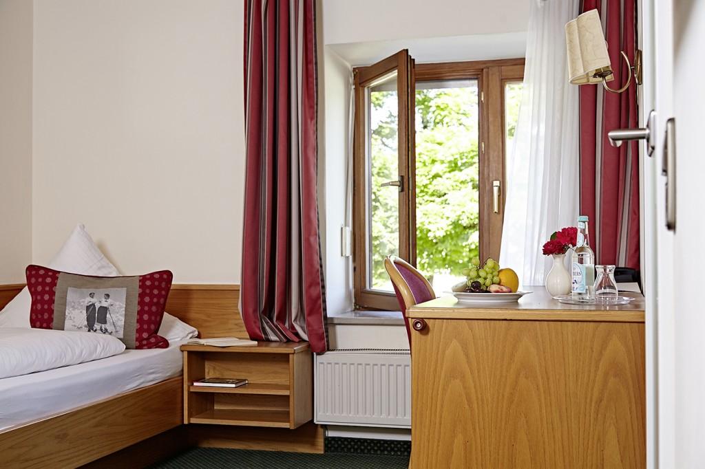 Einzelzimmer Klassik Bett Schreibtisch